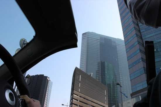 頭上に高層ビルを見ながら走るのは、オープンカーの醍醐味