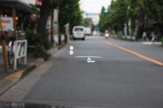 ヘッドアップディスプレイには、速度だけでなく標識やナビの案内も表示