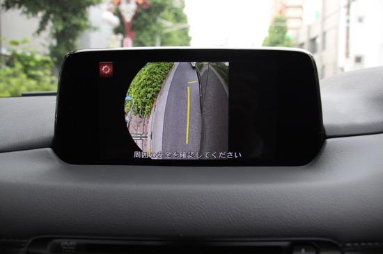 運転席右下の「VIEW」ボタンを押すと、左前輪まわりを様子が見られるカメラを装備
