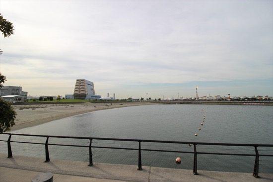 人工海浜の向こうに工場地帯が見える