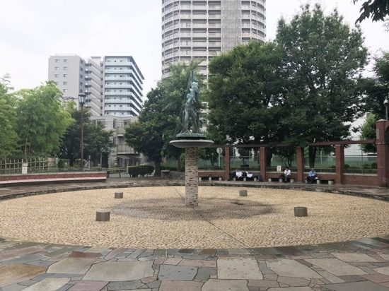 ベンチに囲まれた噴水広場は休憩スポットに最適
