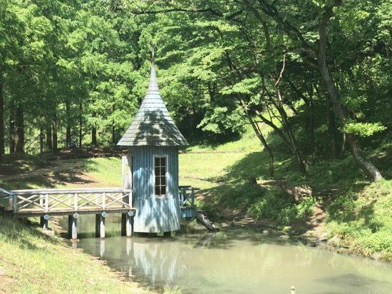 鮮やかなブルーがかわいい水遊び小屋
