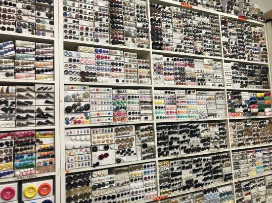 色、形、サイズが異なる様々なボタンがずらりと並ぶ