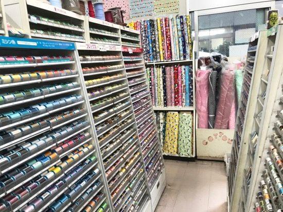 こちらはミシン糸と布のコーナー
