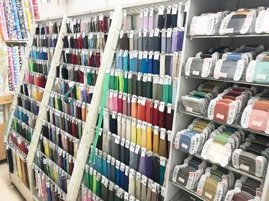 糸やファスナーも色やサイズの品揃えが豊富
