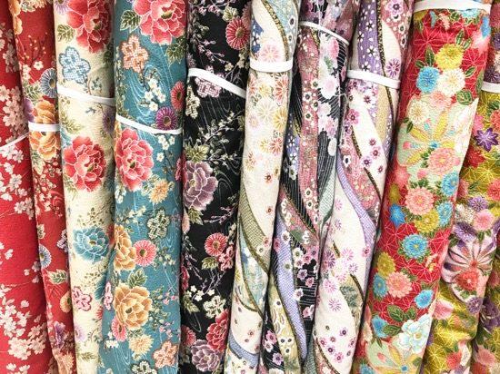 外国人観光客に人気の和柄の布も充実しています