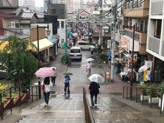 雨の日にも関わらず、多くの人で賑わっていた