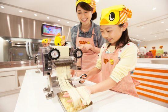 チキンラーメンファクトリーは、製麺からチキンラーメン作りが体験できる(写真提供:日清食品ホールディングス株式会社)