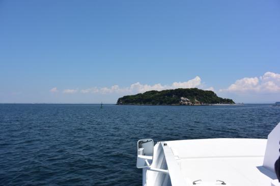 船が進むにつれて近づいてくる無人島。ワクワク感が高まっていく