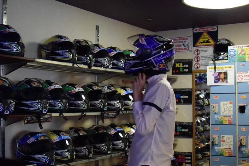 ヘルメットとフェイスマスクはレンタルできる