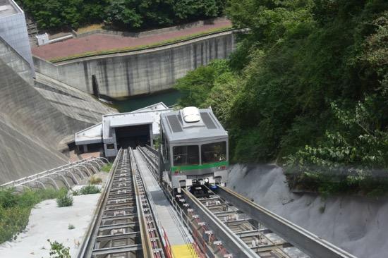 ダムの斜面を渡るインクライン。もともとダム工事でダンプカーを運ぶためのケーブルカーとして利用されていた