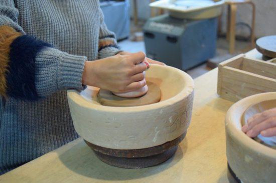 お皿の形をイメージしながら粘土をたたいてのばしていく