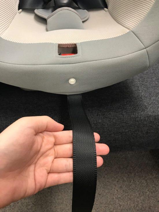 ベルトを下に引っ張って長さを調整
