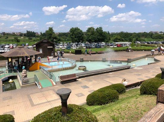 入場してすぐ目の前に広がる噴水広場