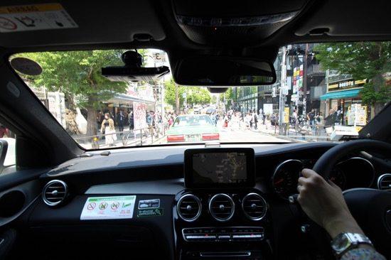 車内は静かで落ち着いた空間でドライブできる