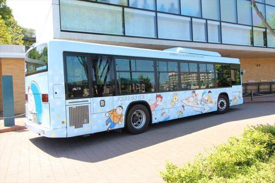「藤子・F・不二雄ミュージアム」には、ドラえもんのラッピングバスが停車することも