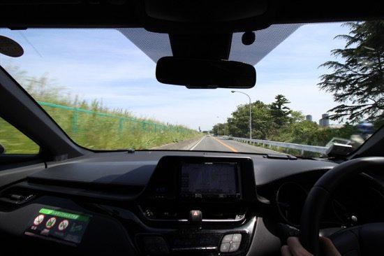 晴れた日の多摩川沿いのドライブは爽やか