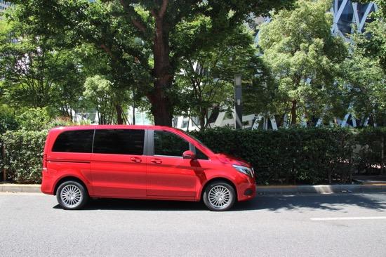 赤いボディにラクジュアリーな空間で、贅沢なドライブを!