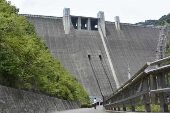 大迫力のダム。観光放流のタイミングなら大量の水が放流されるのを見学できる