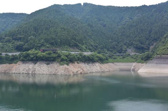 人造湖の宮ヶ瀬湖。周辺の自然環境を配慮して作られている