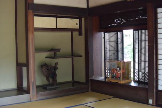細かい意匠が施された窓枠にも注目したい