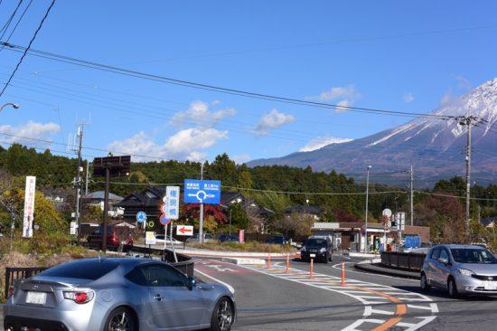 富士山の麓の「白糸の滝」前もラウンドアバウトになっている