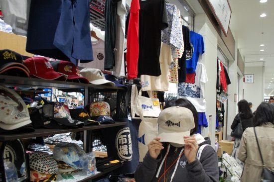 「平山商店」ではオリジナル魚河岸グッズをはじめ、様々な築地&「豊洲市場」ファッションを扱っています