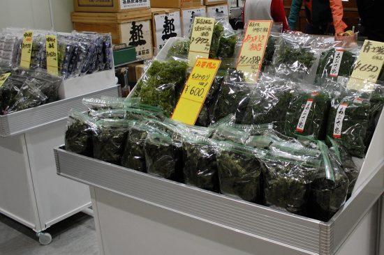 袋いっぱいの「あおさ海苔」が、こんなにお得な値段で!お正月には欠かせない食料品も「魚がし横丁」で揃えることができます