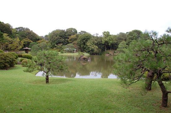 大泉水に浮かぶ洞窟組石「蓬莱島」は、六義園を代表するオブジェクトのひとつ