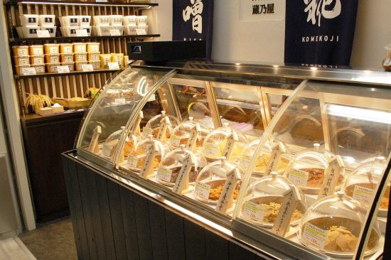 「蔵乃屋」では厳選した十二種類のブランド味噌が、量り売りで100グラムから購入できます