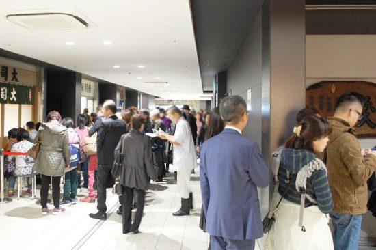 やっぱりお寿司や海鮮丼のお店は人気で、11時には大変な混雑っぷり。「豊洲市場」に訪れたら、最初にご飯を食べるのがお勧めです
