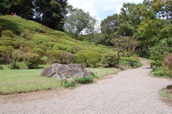 園内で一番高い築山「藤代峠」は一面にツツジが植えられており、開花時には美しい展望が開けます