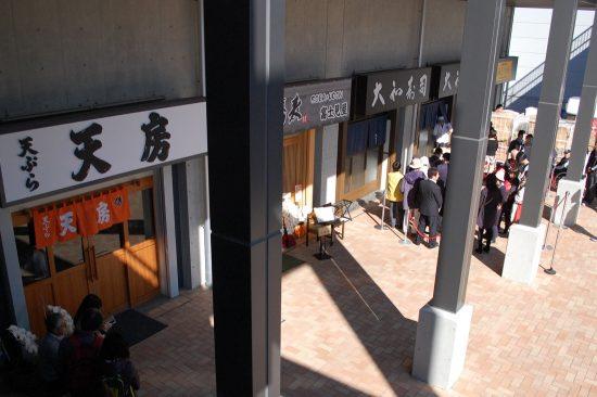 こちらは5街区「青果棟」1Fにある飲食店舗。店舗数が少なく、また屋外ということもあり、他の飲食店舗と比べて行列は短めでした
