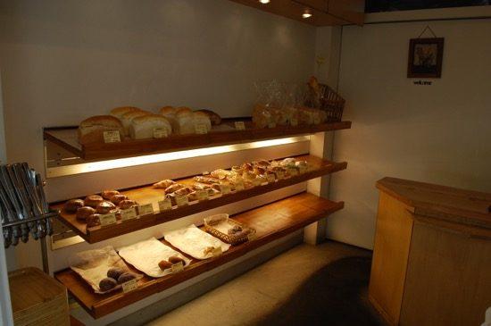 トングでパンを持ち上げると、ずっしりとした重さが伝わります