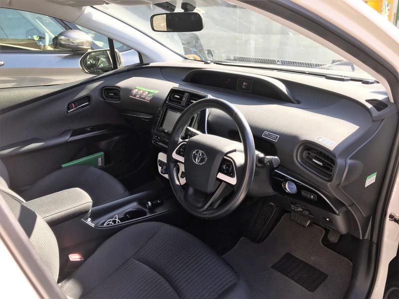 「新型プリウス」の車内。運転席まわりもすっきり