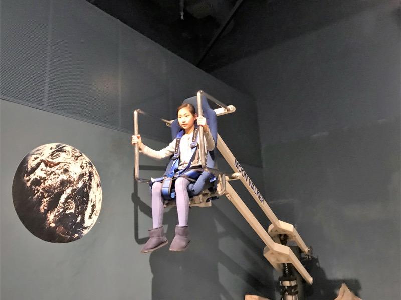重力が地球の約1/6の月面を歩く感覚を体験できる大人気の「ムーンウォーカー」。