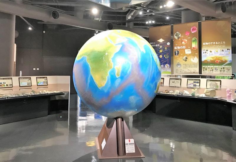 大きな地球儀がシンボル