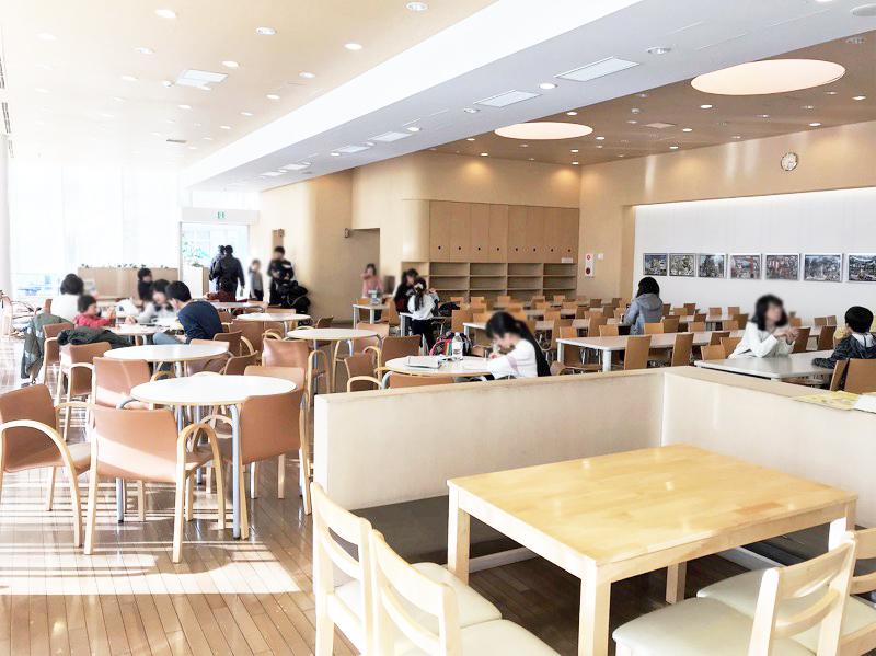 広い休憩スペースは全154席。お弁当や飲み物の持ち込み可能。